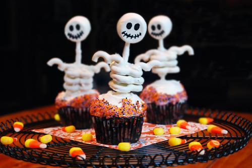 Halloween Cupcake: Skeleton Cupcakes by FamilySpice.com