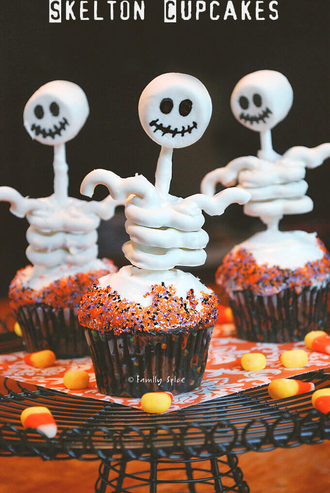 Halloween skeleton cupcakes made with pretzels and marshmallows by FamilySpice.com