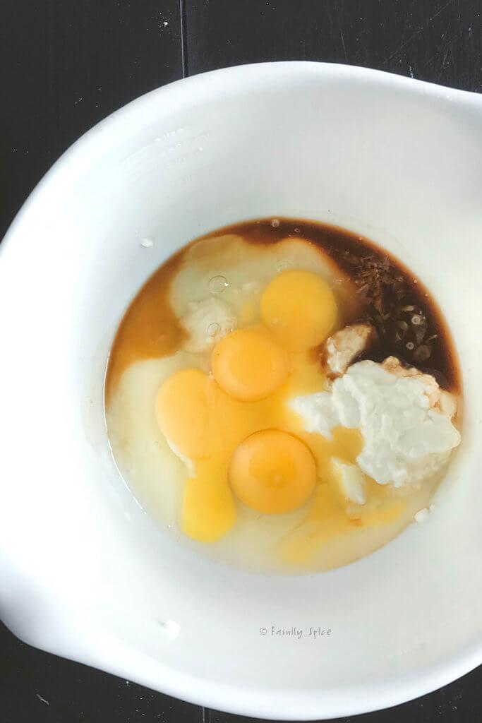 eggs, yogurt, sugar and vanilla in a bowl to make cake